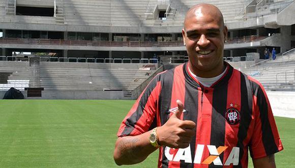 Adriano posó con la camiseta del Atlético Paranaense. (Facebook)