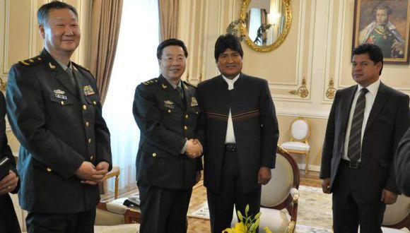 Wang Guanzhong estrecha la mano de Evo Morales. (EFE)