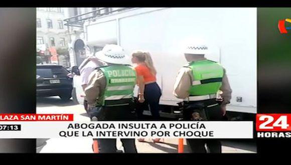 La agresión verbal contra el agente de la Policía de Tránsito ocurrió en la plaza San Martín, en el Cercado de Lima, cuando él intervino en el choque de vehículos. (24 Horas)
