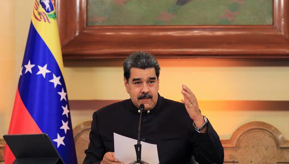 El presidente de Venezuela, Nicolás Maduro, leyó un tuit publicado minutos antes por el canciller Jorge Arreaza, quien viajó a Lima para el acto en el que Pedro Castillo juró como mandatario. (Foto: EFE)