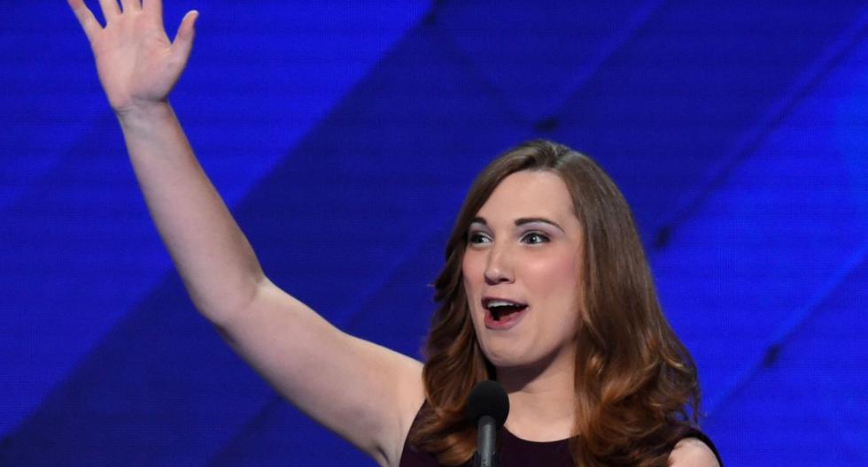 En esta foto de archivo tomada el 28 de julio de 2016, la activista de derechos LGBT Sarah McBride reconoce los aplausos al final de su discurso en el cuarto y último día de la Convención Nacional Demócrata en Wells Fargo Center en Filadelfia, Pensilvania. (AFP / SAUL LOEB).