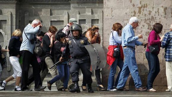 PLAZA TOMADA. La Policía recurrió a las bombas lacrimógenas para repeler a los manifestantes. (AFP)