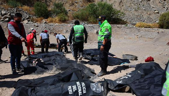 Bomberos confirman que cifra de muertos por volcadura de bus en Carretera Central sube a 33 . (Foto: Hugo Curotto)
