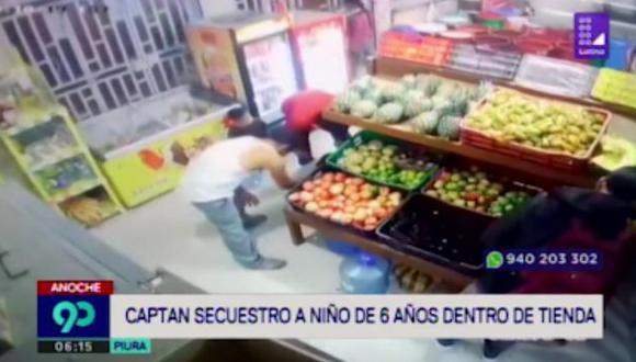 En las imágenes difundidas por Latina Noticias, se observa al pequeño -vestido con un polo blanco y short azul- jugar dentro de la tienda con un bidón de agua. (Latina)