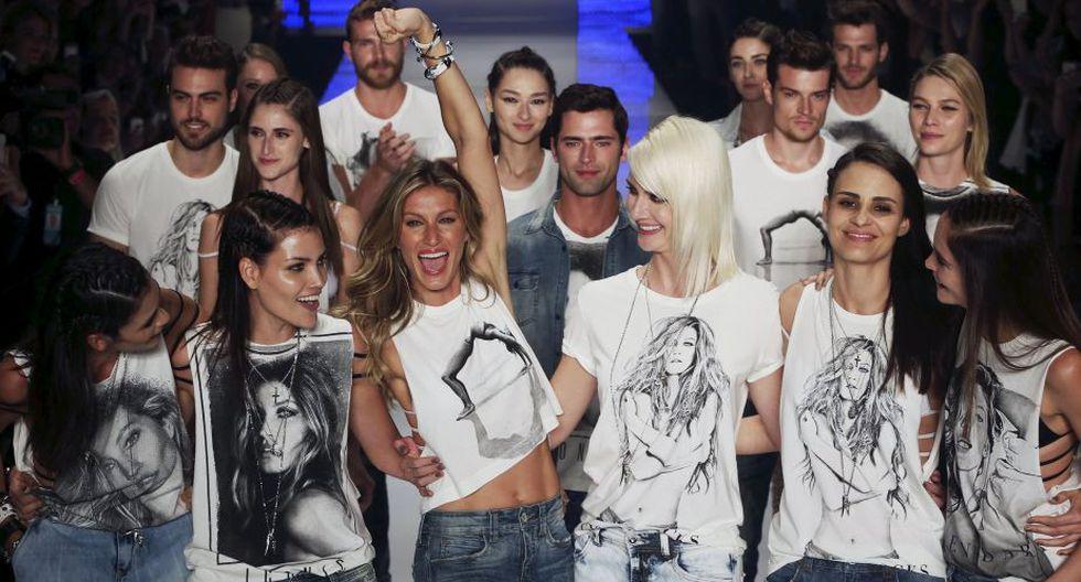 Al cierre del desfile un grupo de modelos salió con polos con la imagen de Gisele Bündchen en el pecho. (Reuters)