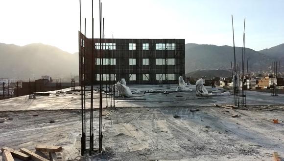 Se trata de una construcción tipo cascarón que refleja en los exteriores tres pisos; sin embargo no están culminados. (Foto: Flickr/Sunedu)