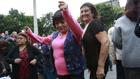 Mujeres bailando en el Parque Kennedy por Día del adulto mayor. (Foto: Archivo GEC)