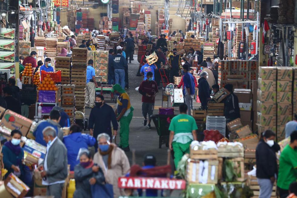 Una gran cantidad de personas llegó este sábado al Mercado de Frutas, ubicado en el distrito de La Victoria, para realizar sus compras para este fin de semana. (Fotos : Hugo Curotto / @photogec)