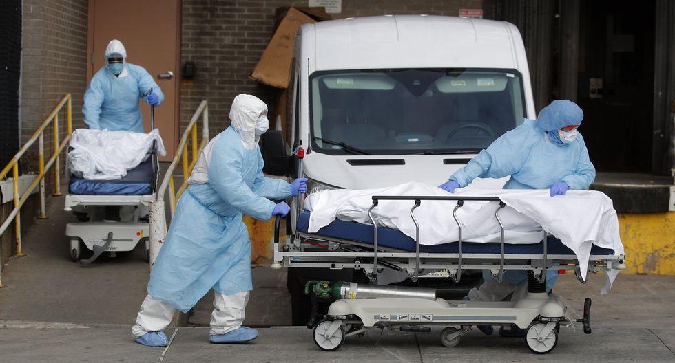 Trabajadores de salud trasladan los cadáveres de unas víctimas del coronavirus en el Centro Médico Wyckoff Heights en Nueva York, EE. UU., 2 de abril de 2020. Foto: REUTERS / Brendan Mcdermid