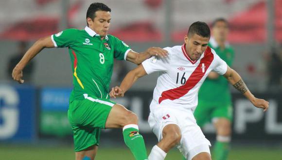 Josepmir Ballón disputa el balón con un rival. (EFE)