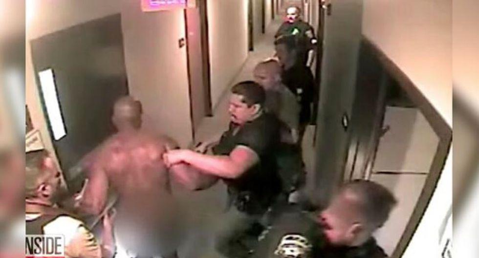 Varios oficiales sacan desnudo al secuestrador de la habitación y lo ponen esposado en el pasillo. (Captura)