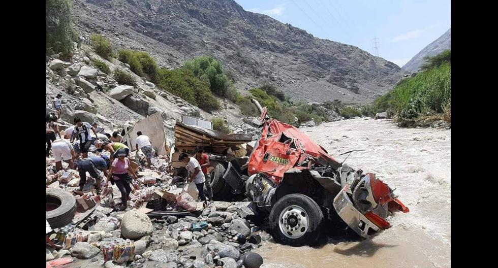 Saquean camión que cayó a río en Pisco - Ica; mientras chofer y ayudante pedían auxilio (Foto: Carmen Quispe)