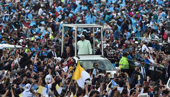 El papa Francisco llegó al parque Simón Bolivar para celebrar una misa multitudinaria. (AFP)