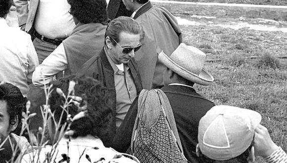 Julio Cotler con campesinos de Cajamarca en 1979. (Gilberto Hume)