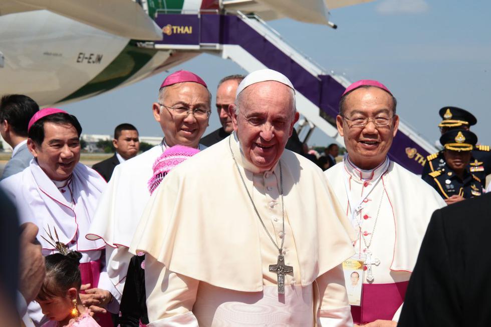 El papa Francisco llegó este miércoles a Bangkok para comenzar una histórica visita de tres días que supone el primer viaje en 35 años de un sumo pontífice a Tailandia, país de mayoría budista, pero cuya minoría católica ha esperado con fervor la llegada del pontífice. (Foto: AFP)