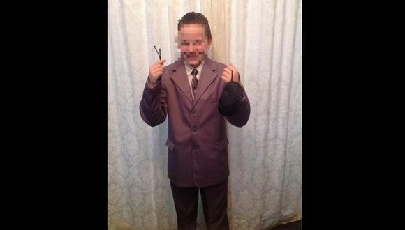 Por este traje un escolar pasó un mal momento en Manchester. (@clangar en Twitter)