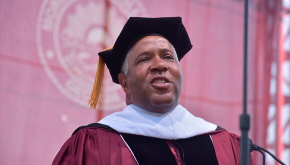 El multimillonario Robert F. Smith durante el acto de graduación de Morehouse College, en Atlanta. (Twitter / @Morehouse)
