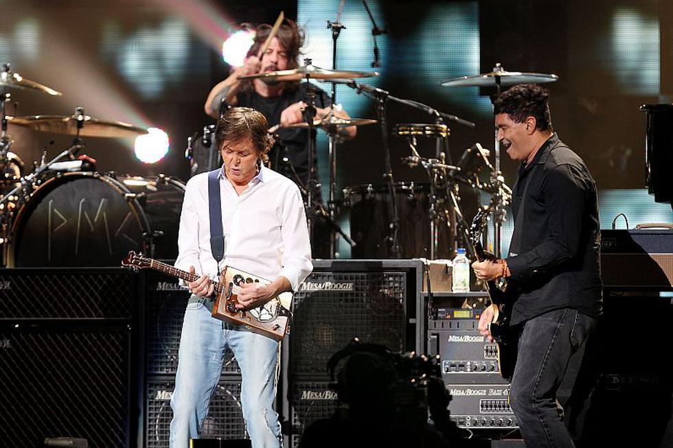 El momento más esperado fue la reunión de Nirvana con Paul McCartney cubriendo el lugar de Cobain en el escenario. (AP)