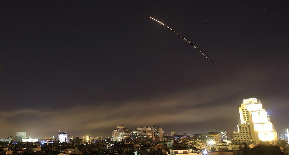 """""""La defensa antiaérea siria entró en acción contra la agresión estadounidense, británica y francesa"""", informó la televisión estatal siria. (AP)"""