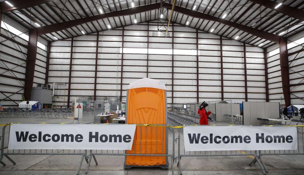 Un primer avión con alrededor de 180 canadienses a bordo procedente de Wuhan, epicentro de la epidemia de coronavirus, aterrizó en la base militar de Trenton donde los pasajeros serán colocados en cuarentena. (AFP).