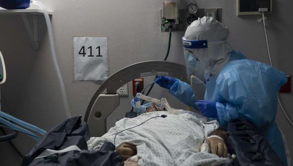 Un miembro del personal médico trata a un paciente en una cama giratoria que sufre de la enfermedad por coronavirus (COVID-19) en la unidad de cuidados intensivos (UCI) COVID-19 en el United Memorial Medical Center. (Go Nakamura/AFP).