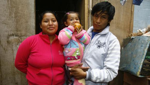 FIN DE PESADILLA. La bebé, de 2 años, sonríe hoy con sus padres. (USI)