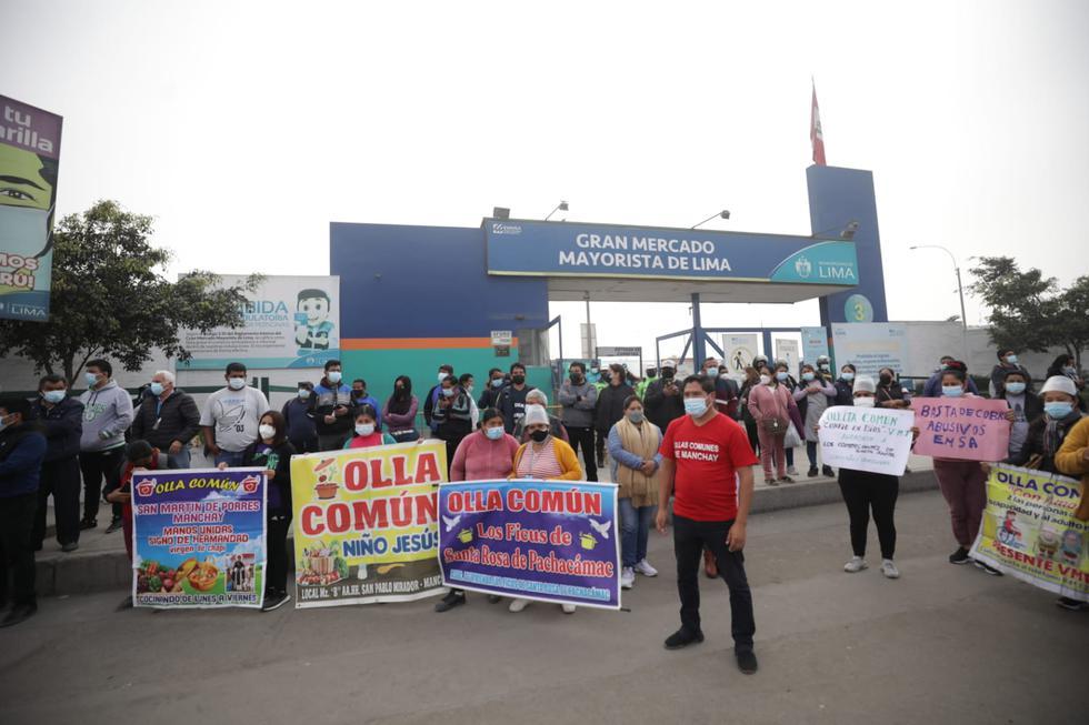 Un grupo de comerciantes del Gran Mercado Mayorista de Lima realizaron un plantón en protesta por presuntos cobros excesivos de alquileres de puestos. Ellos sostuvieron que esta situación los obliga a realizar un incremento en el precio de los alimentos. (Fotos Britanie Arroyo / @photo.gec)