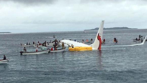Lugareños acercándose para rescatar a los pasajeros del avión de Air Niugini estrellado en la remota isla de Weno, en Micronesia. (Foto: AFP)