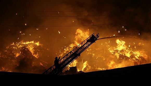 Los bomberos pusieron todo de su parte, pero no pudieron salvar los 500 mil cuadernos para menores de educación inicial.