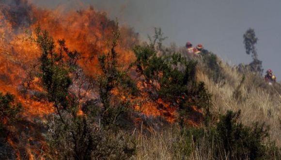 Pobladores de la zona ayudaron a controlar el fuego para evitar que se expanda a otros sectores. (Referencial/Andina)