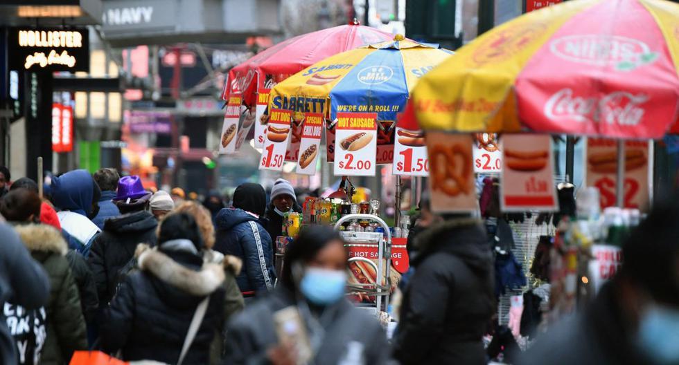 La gente camina por una concurrida zona comercial en medio de la pandemia de coronavirus, el 5 de enero de 2021, en la ciudad de Nueva York. (Angela Weiss / AFP).