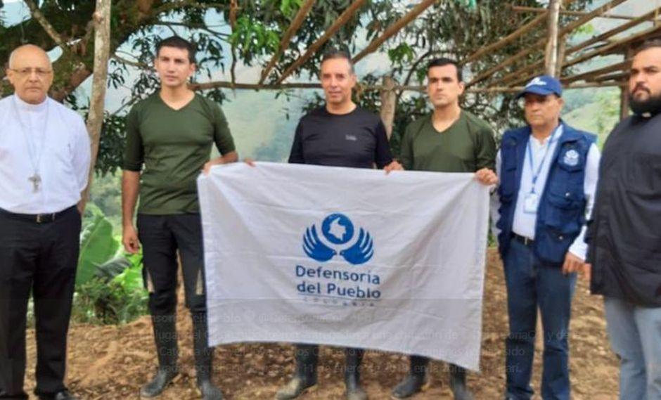En la imagen aparecen los tripulantes de la aeronave con una bandera de la Defensoría del Pueblo. (Foto: Twitter)