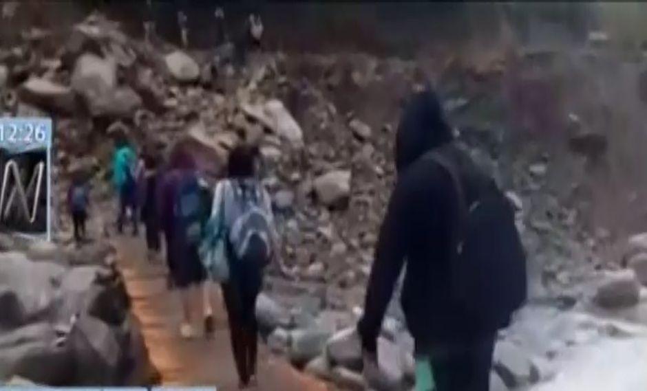 Turistas cruzan puente improvisado en ruta para llegar a Machu Picchu. (Foto: Canal N)