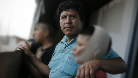 VÍCTIMAS DEL FUEGO. Demetrio Gonzales y sus pequeños Jesús y Brian, de 11 y 12 años, aprendieron a la mala a no jugar con pirotécnicos.