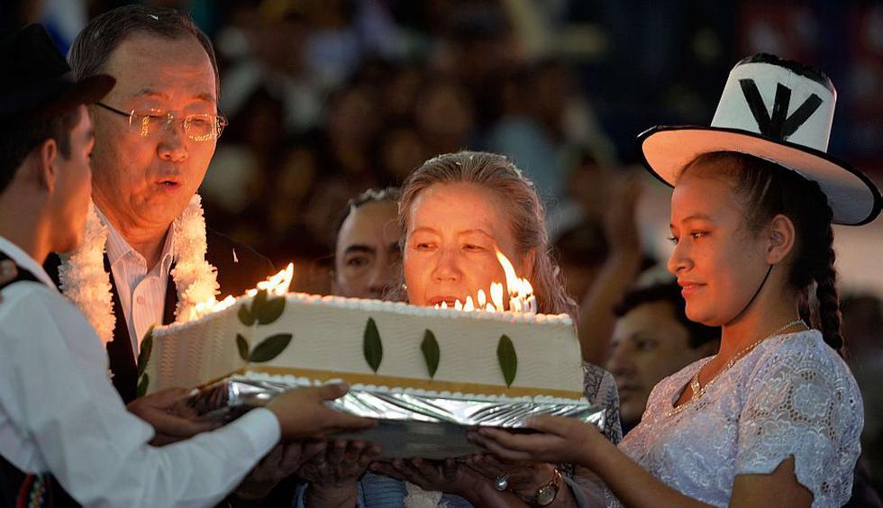 Ban Ki-moon celebró el viernes sus 70 años en una remota aldea donde bailó, comió y compartió con indígenas de la Amazonia boliviana (AFP)
