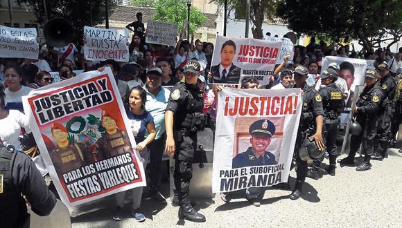 Protesta. Conocida la decisión, familiares y amigos de Miranda realizaron un plantón afuera de la sede del Poder Judicial de Piura. (Johnny Obregón)