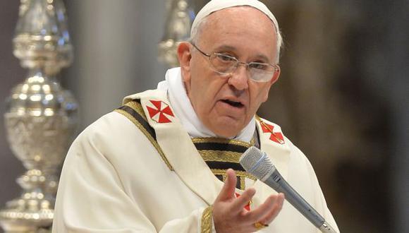 Papa Francisco recordó a sacerdotes la necesidad de la pobreza y fidelidad. (AFP)