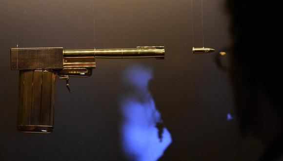 Pistola utilizada en la película de James Bond 'El hombre de la pistola dorada'. (Foto referencial: CARL COURT / AFP)