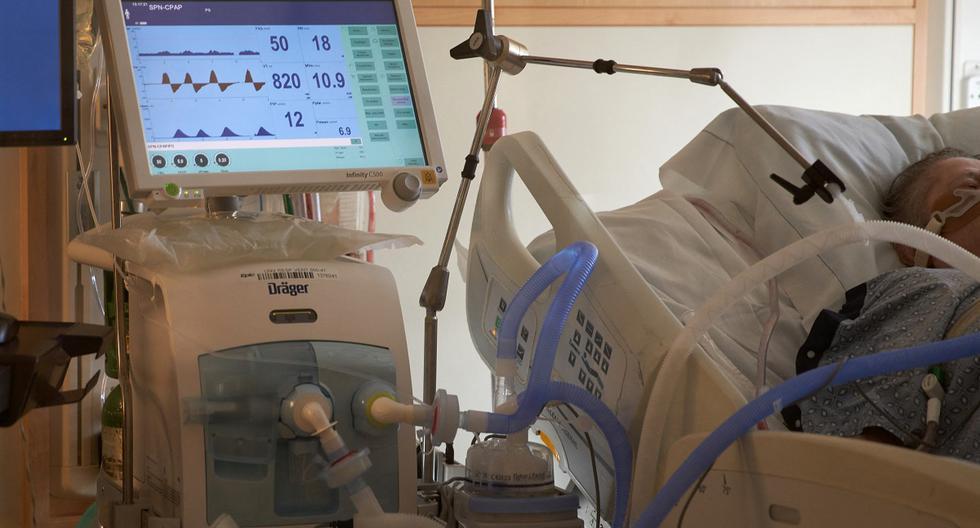 En esta foto de archivo tomada el 4 de diciembre de 2020, se ve a un paciente positivo de COVID-19 en un ventilador en el Hospital UMass Memorial en Worcester, Massachusetts. (AFP).