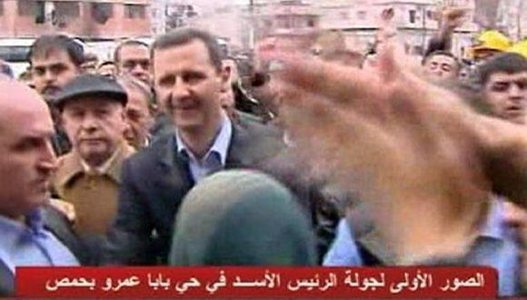 Saludó a residentes en medio de edicios destruidos. (Reuters)