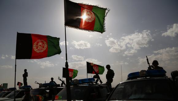Estados Unidos y los talibanes negocian un acuerdo de paz para poner fin a casi dos décadas de conflicto armado. En la foto, fuerzas armadas sostienen banderas de Afganistán. (Foto: AFP)