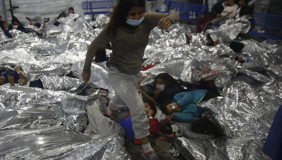 Menores de edad yacen dentro de una cápsula en el centro de detención del Departamento de Seguridad Nacional de Donna, el principal centro de detención para niños no acompañados en el Valle del Río Grande administrado por la Oficina de Aduanas y Protección Fronteriza de EE. UU. (CBP), en Donna, Texas, el 30 de marzo de 2021. (Foto: DARIO LOPEZ-MILLS / POOL / AFP)