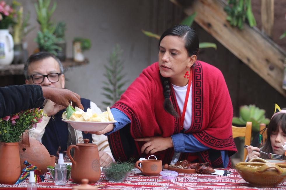La candidata a la presidencia de la República, Verónika Mendoza, llegó esta mañana a la casa de su padre en el distrito de Andahuaylillas (Cusco), para tomar el tradicional desayuno previo a los comicios. (Foto: Juan Sequeiros / @photo.gec)