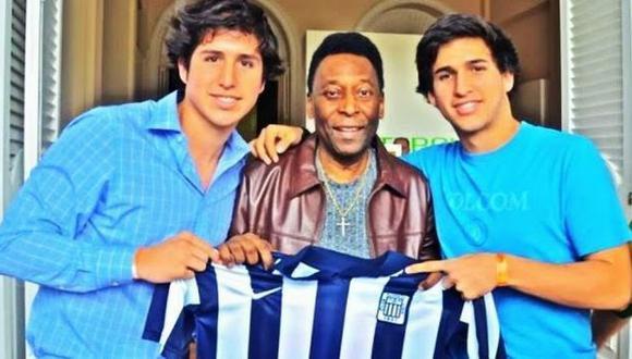 Pelé posa con la camiseta de Alianza Lima en Brasil.