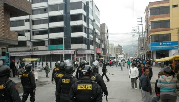 BATALLA CAMPAL. La Policía tuvo que lanzar gases lacrimógenos para controlar a la enardecida turba. (Andina)