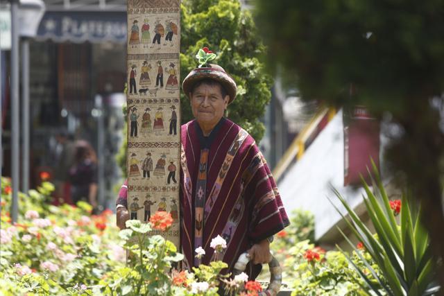"""""""Cuando era niño, veía cómo hacían las tablas. Solo observaba porque en ese tiempo ni los niños ni las mujeres podían pintar"""", manifiesta Primitivo Evanán (Piko Tamashiro/Perú21)."""