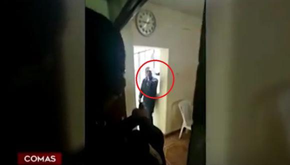 Sujeto de 43 años usó dos cuchillos para amenazar a su expareja de muerte. (Captura: América Noticias)