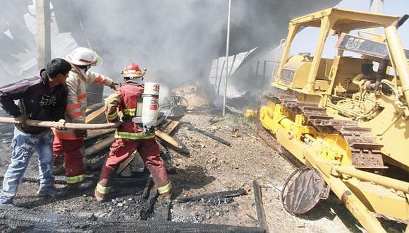 Investigan causa del incendio. (Andina)