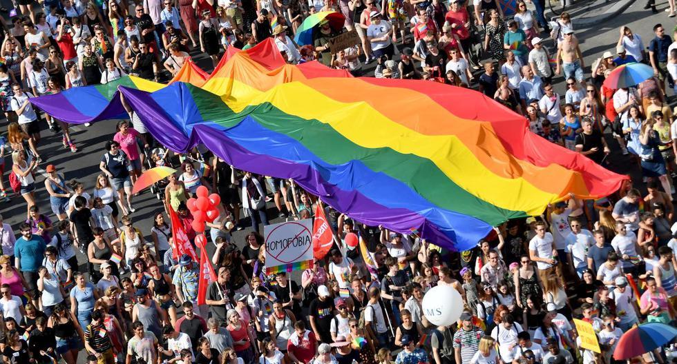 La gente marcha con su bandera arcoíris gigante desde el edificio del parlamento en el centro de Budapest, el 6 de julio de 2019. (ATTILA KISBENEDEK / AFP).