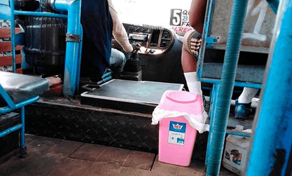 Colocan tacho de basura en bus para que no tiren desperdicios por la ventana. (Facebook San Juan de Lurigancho te quiero verde)